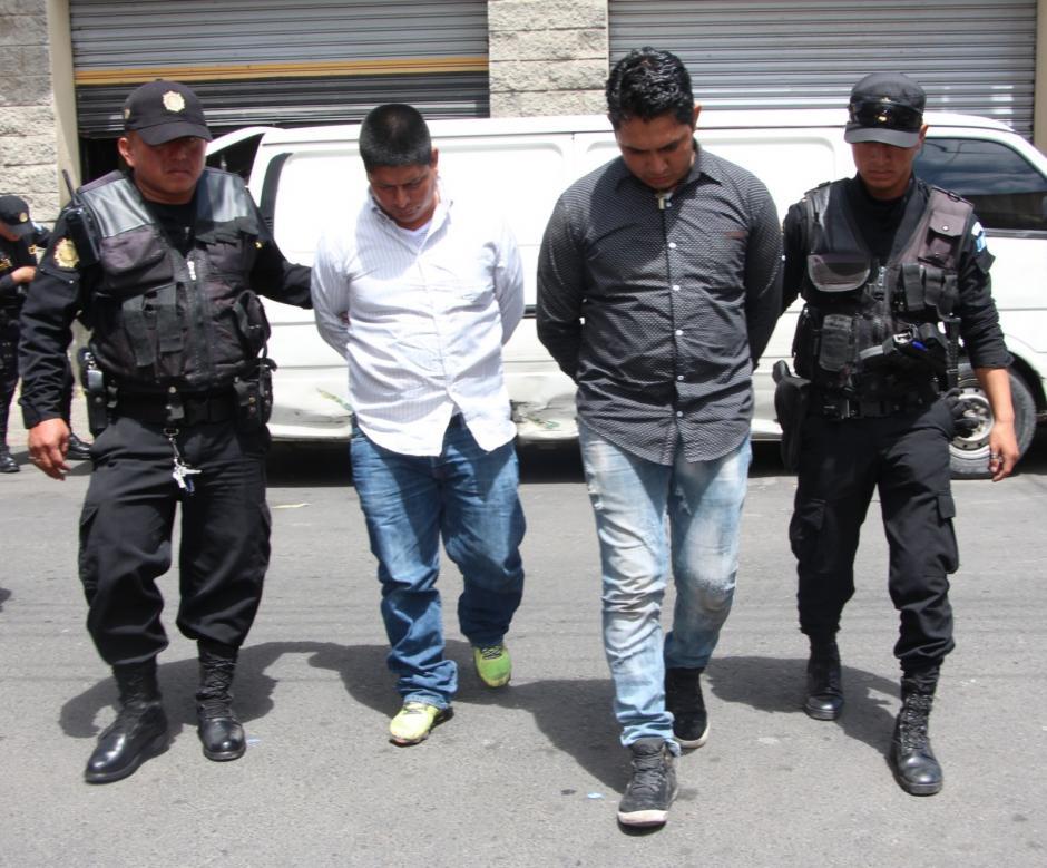 Dos hombres fueron capturados por secuestrar al piloto de una panel. (Foto: PNC)