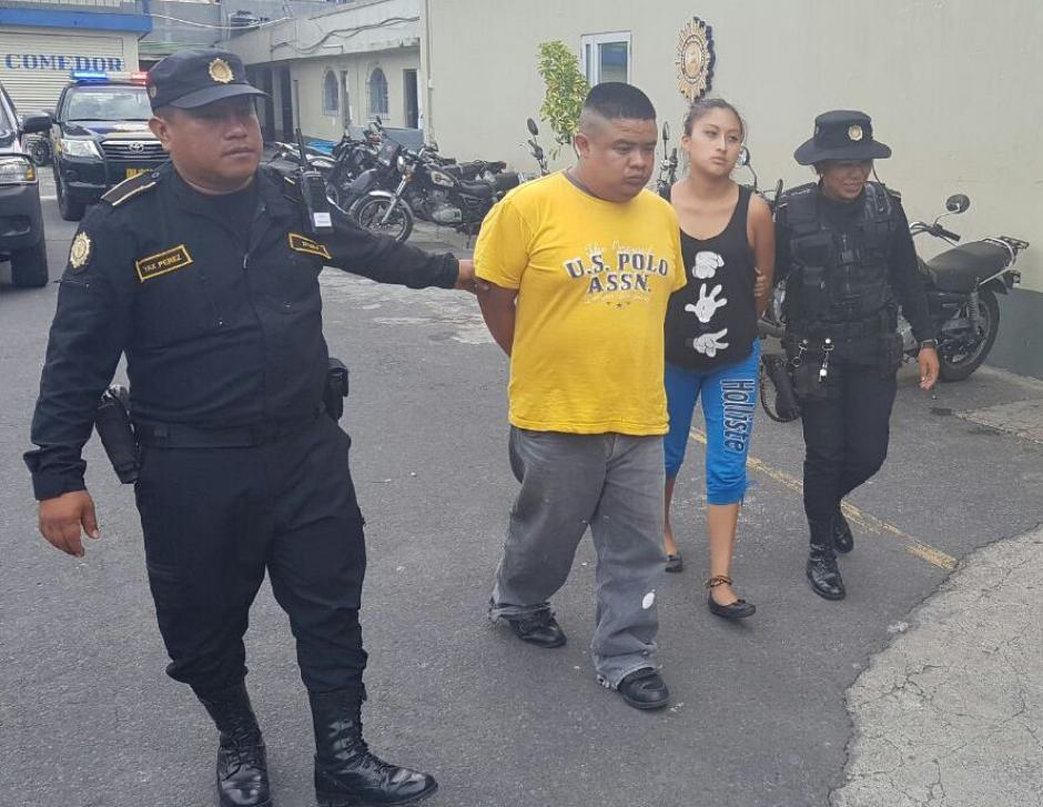 Una pareja fue capturada por transportar tres fusiles AK-47. (Foto: PNC)