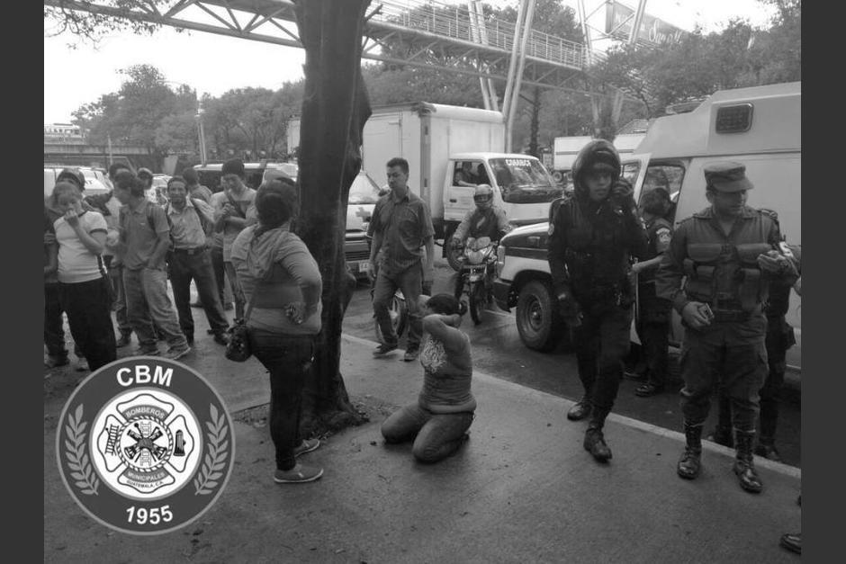 Una agente de la PNC capturó a los tres supuestos asaltantes. (Foto: Bomberos Municipales)
