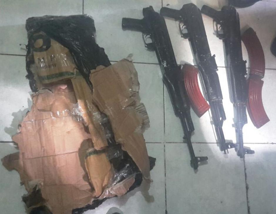 Los aprehendidos transportaban tres fusiles AK-47. (Foto: PNC)