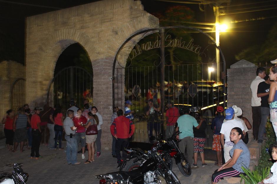 La salida de la colonia Colinas de Santa Lucía fueron cerradas para que evitar que salieran los policías. (Foto: Joaquín Álvarez/Nuestro Diario)