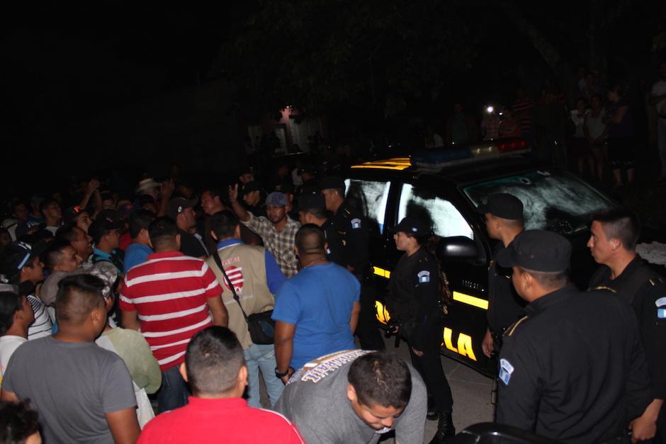 Los tres agentes de la PNC fueron liberados cuando llegaron otros agentes para capturarlos. (Foto: Joaquín Álvarez/Nuestro Diario)