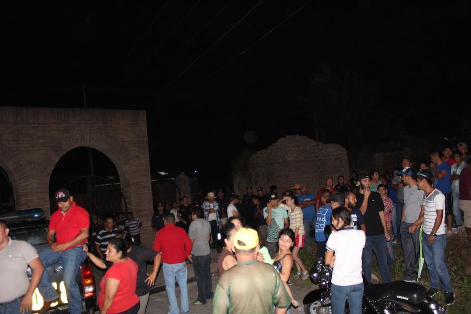 Los vecinos se indignaron por el actuar de los agentes de la PNC. (Foto: Joaquín Álvarez/Nuestro Diario)