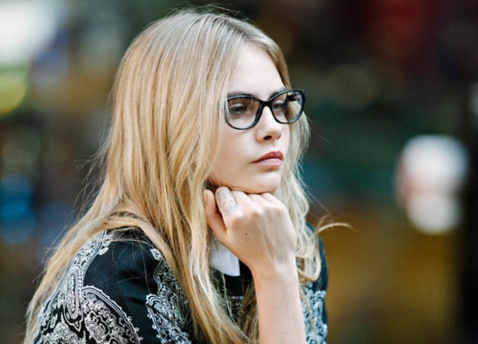Cara se ha caracterizado por sus gafas transparentes. (Foto: Cara Delevingne)