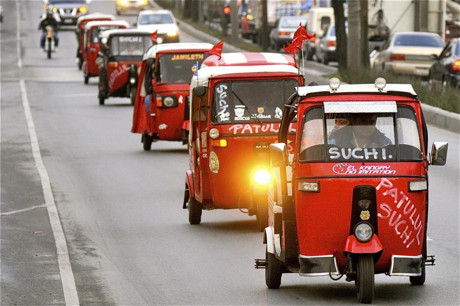 La caravana del zorro no discrimina. La acompañan también los tuc tucs aunque no sean precisamente motos. (Foto: Deccios Serrano)