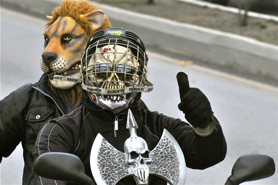 Las máscaras son parte de la tradición. Los conductores utilizan de todo tipo para deleitar a los compañeros de viaje. (Foto: Deccio Serrano)