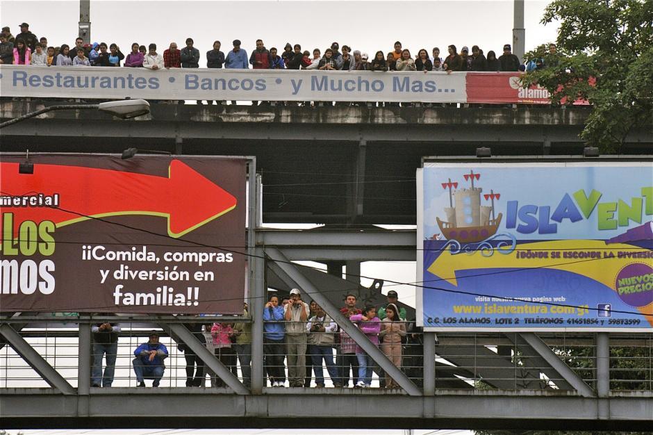 Cientos de personas se dan cita en diversos puntos de la capital para ver pasar a los motoristas. (Foto: Deccio Serrano)