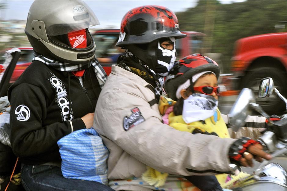 Hay familias completas que asisten a la caravana pero hay que tener cuidado para evitar accidentes por sobrecargar las motos. (Foto: Deccio Serrano).