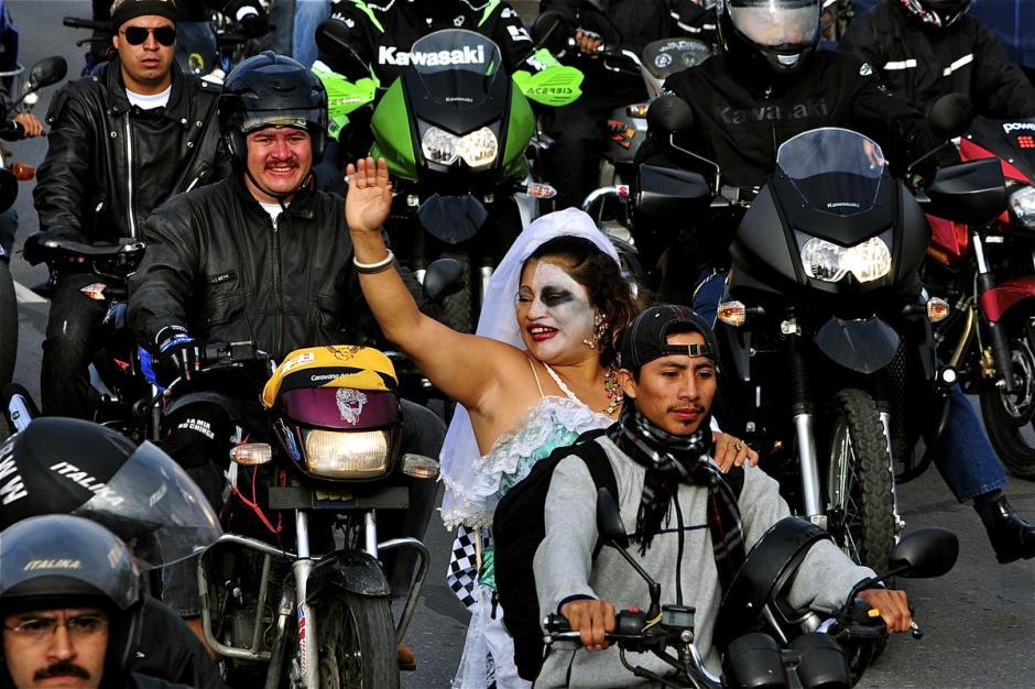 Aquí una pareja que no oculta su entusiasmo de estar en la caravana. ¿Quién le presta una chumpa a la novia? (Foto: Deccio Serrano).
