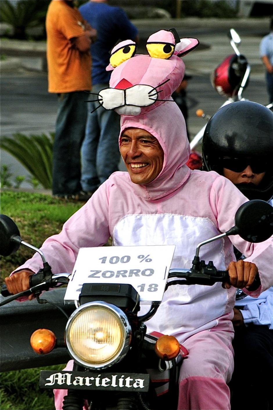 Un motorista de rosado y una pantera que es 100% zorro. ¡Sólo en Guate y sólo en la Caravana del Zorro! (Foto: Deccio Serrano)
