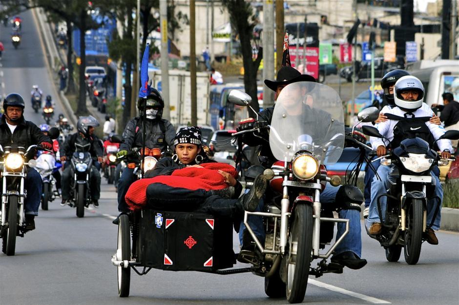 En la caravana se observan motos de todos los estilos y tamaños. (Foto: Deccio Serrano).