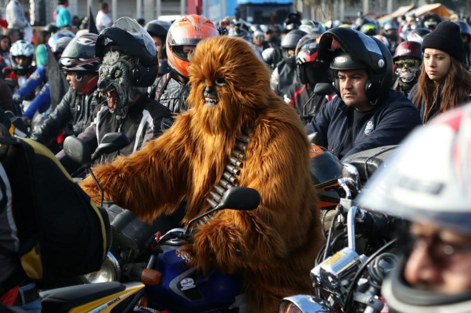 Un motociclista disfrazado de Chewbacca participa en la edición 56 de la tradicional Caravana del Zorro. (Foto: Alejandro Balán/Soy502)