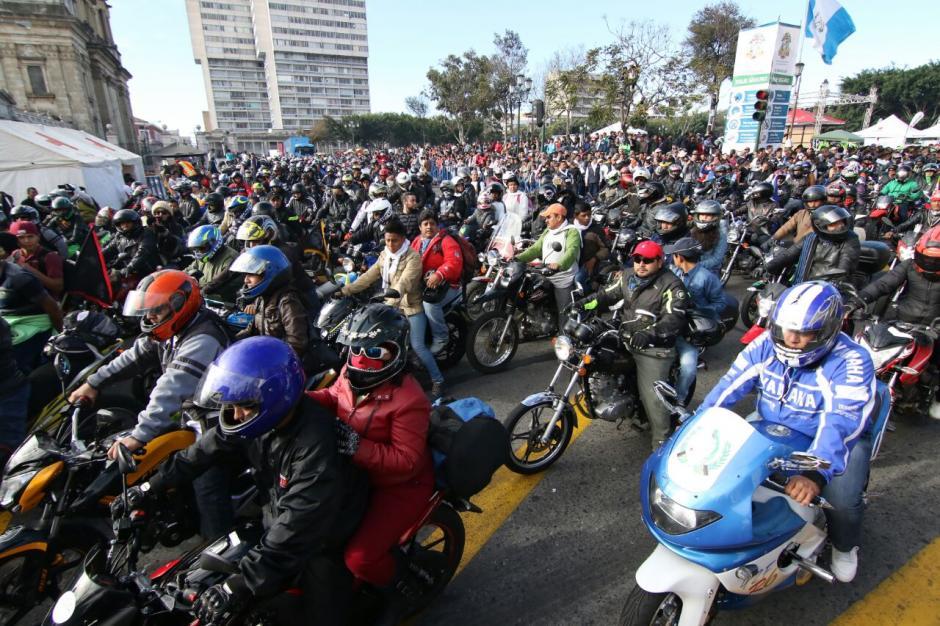 Varios de los motociclistas se quedaron a dormir en la Plaza de la Constitución la noche del recién pasado viernes. (Foto: Alejandro Balán/Soy502)