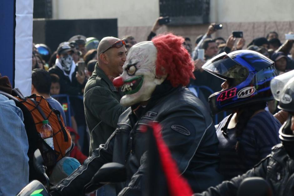 Los disfraces de payasos también estuvieron presentes en la salida de la Caravana del Zorro. (Foto: Alejandro Balán/Soy502)