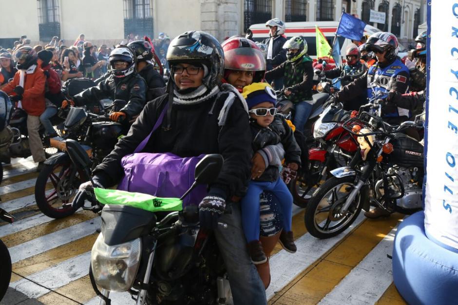 Muchos motociclistas viajaron sin casco protector para acompañantes y niños. (Foto: Alejandro Balán/Soy502)