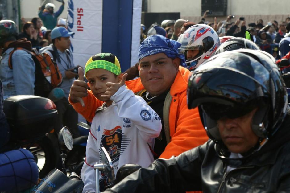Los motociclistas viajaron junto a sus hijos y esposas.  (Foto: Alejandro Balán/Soy502)