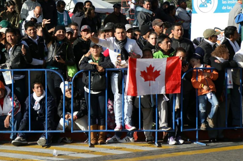 Cientos de guatemaltecos asistieron a dar el banderazo de salida a la Plaza de la Constitución.  (Foto: Alejandro Balán/Soy502)
