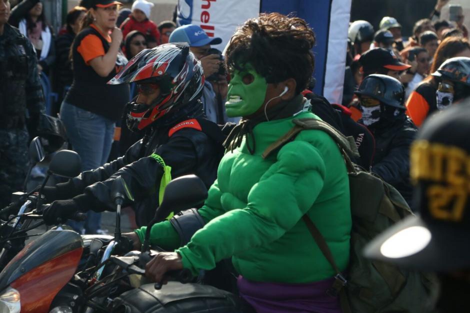Un motociclista disfrazado de Hulk participa en la tradicional Caravana del Zorro. (Foto: Alejandro Balán/Soy502)