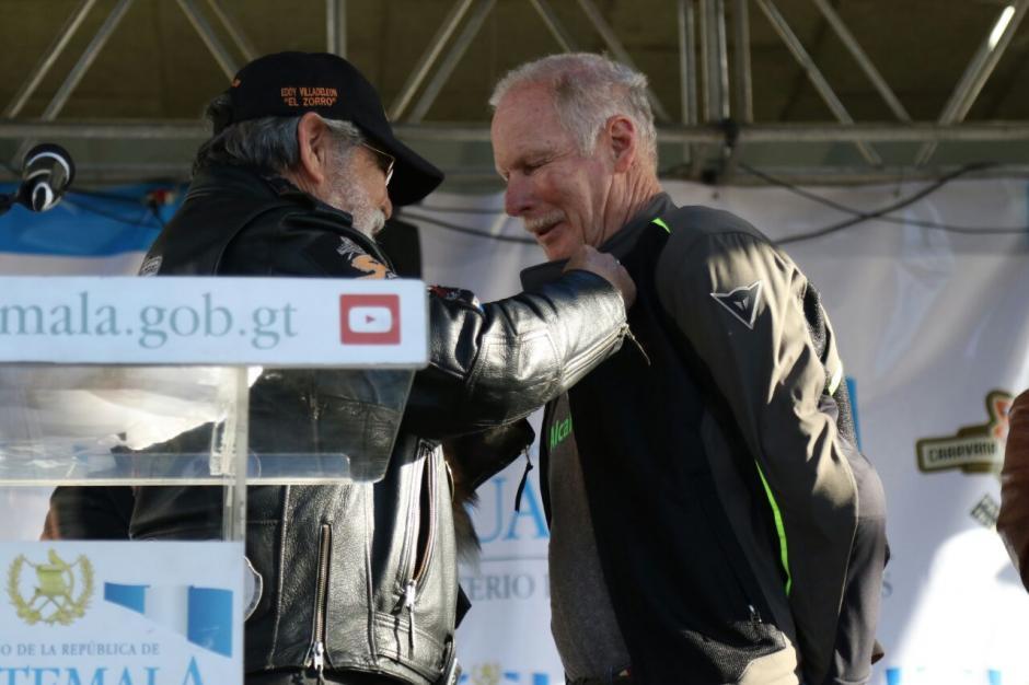 El alcalde capitalino, Álvaro Arzú, asistió a dar el banderazo de salida de la Caravana del Zorro.  (Foto: Alejandro Balán/Soy502)