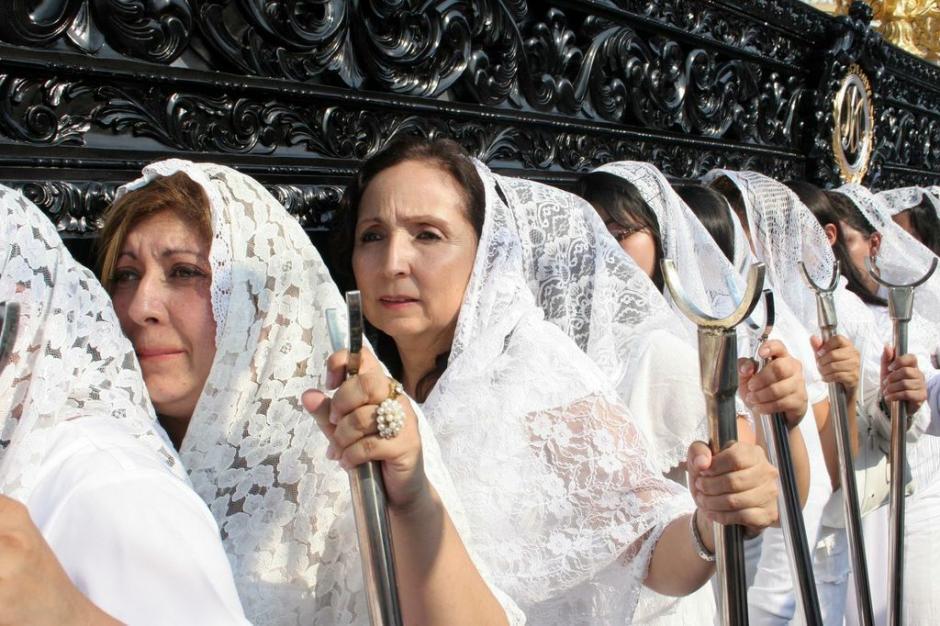 Vestidas de blanco, las cargadoras del Beaterio de Belén. (Foto: Raúl Illescas).