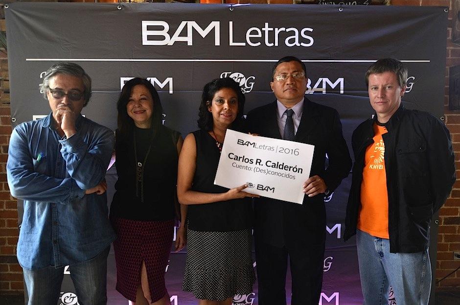 Los padres de Carlos recibieron el reconocimiento. (Foto: Selene Mejía/Soy502)