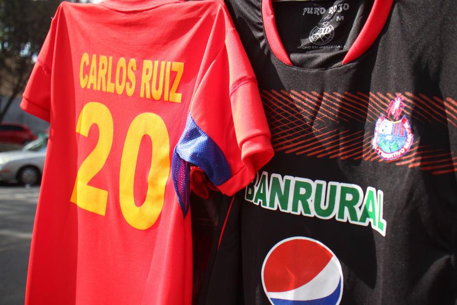 Las camisolas de Carlos Ruiz son de las más vendidas en el mercado. (Foto: Archivo/Soy502)