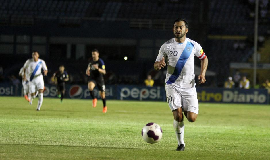 Las jugadas de Carlos Ruiz evitaron la defensa de Estados Unidos (Foto: Luis Barrios/Soy502)