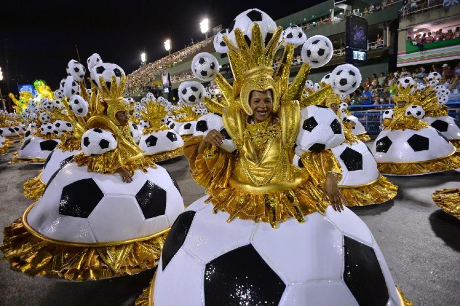 El desfile de Río de Janeiro se ha caracterizado por tener como tema principal el Mundial de Futbol. (Foto: AFP)