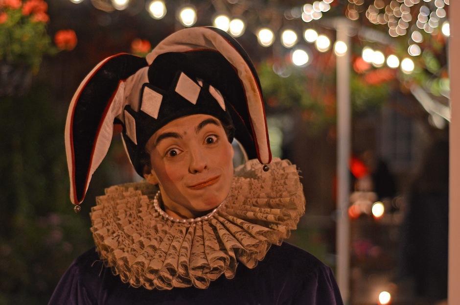 Personajes salidos de las fiestas venecianas llegaron a L'Ostería. (Foto: Esteban Biba/Soy502)