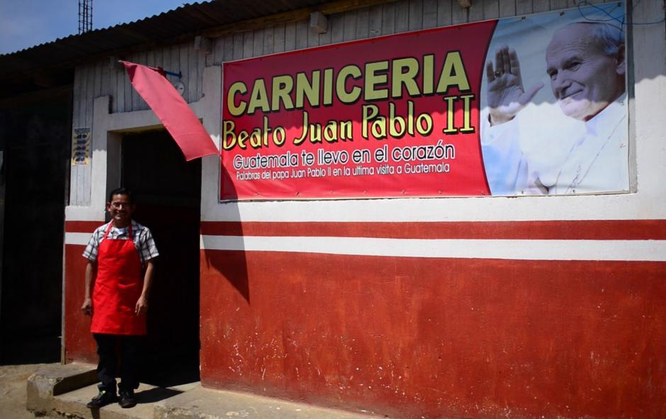 La devoción de Marco Vinicio Sas por Juan Pabo II, le llevó a confiar tanto que abrió su propia carnicería que lleva el nombre del nuevo santo. (Foto: Jesús Alfonso/Soy502)