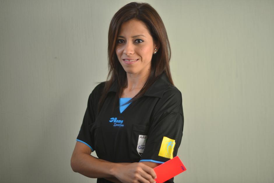 La silbante guatemalteca Carol Oliva recibió su gafete internacional FIFA y ahora sueña con ser la primera mujer en dirigir en la Liga Nacional. (Foto: Jesús Alfonso/Soy502)