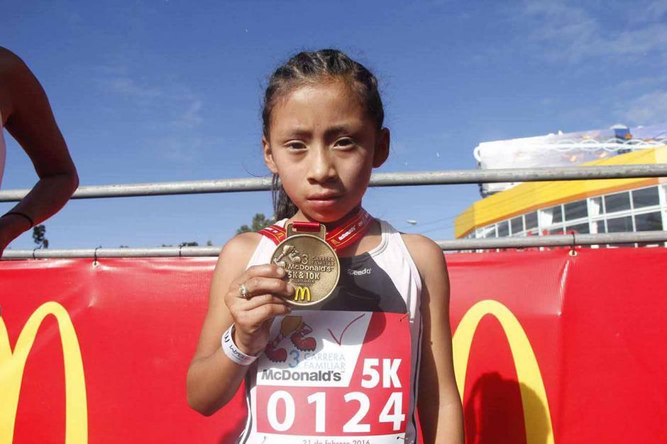 Con orgullo muestra esta niña su medalla tras correr 2 kilómetros. (Foto: Jorge Sente/Nuestro Diario)