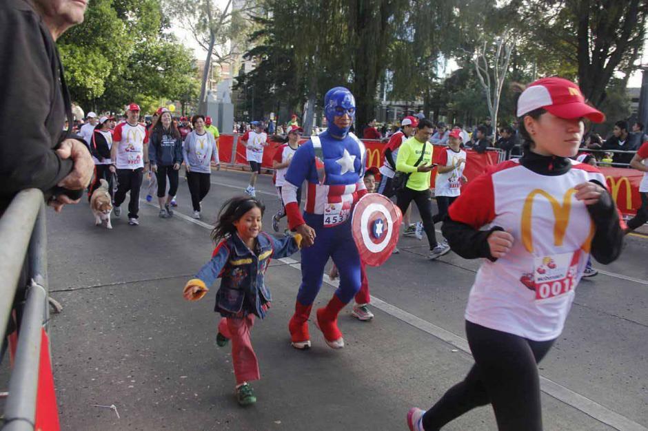 """El """"Capitán América"""" también participó en la Carrera. (Foto: Jorge Sente/Nuestro Diario)"""