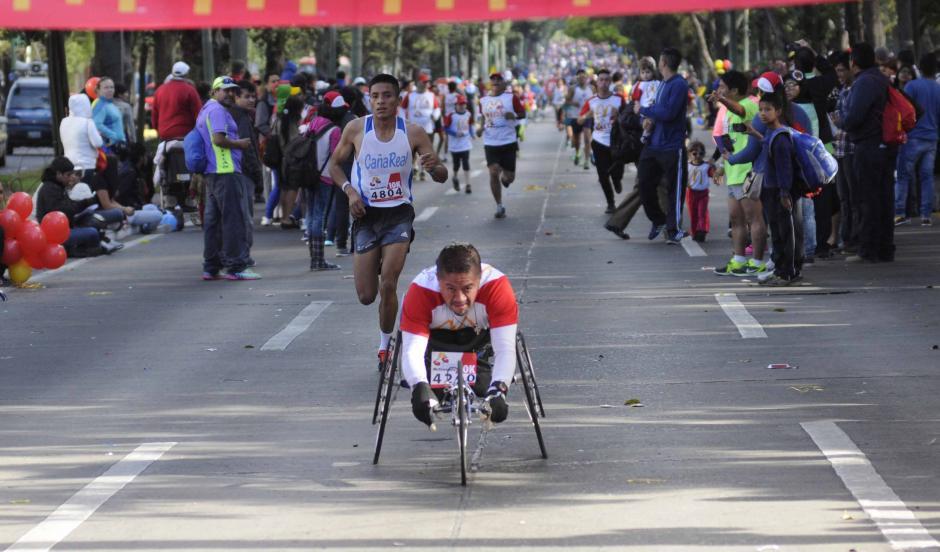 Atletas de capacidades especiales compitieron también; al fondo viene Mario Pacay, ganador de la categoría de 10 kilómetros.  (Foto: Pedro Pablo Mijangos/Soy502)
