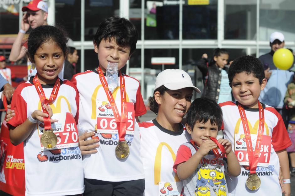 La familia completa; todos participaron en la tercera edición de la Carrera de McDonal´s.  (Foto: Pedro Pablo Mijangos/Soy502)