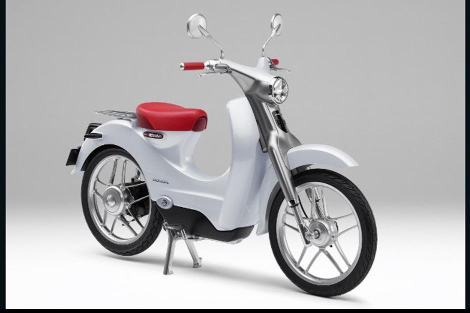 Honda EV-Club Concept de apariencia retro es un monopatín eléctrico con una batería de desmontable.
