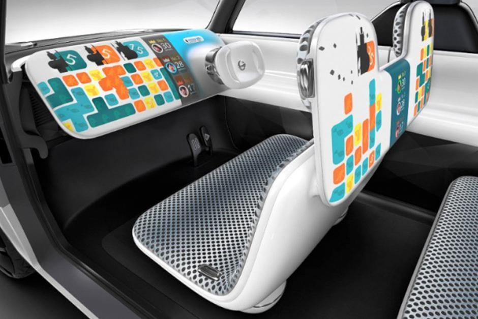 El interior está dominado por un timón y un panel de instrumentos plano. No tiene botones ni interruptores convencionales, tiene sensores de movimiento y controles de voz. (Foto: Nissan)