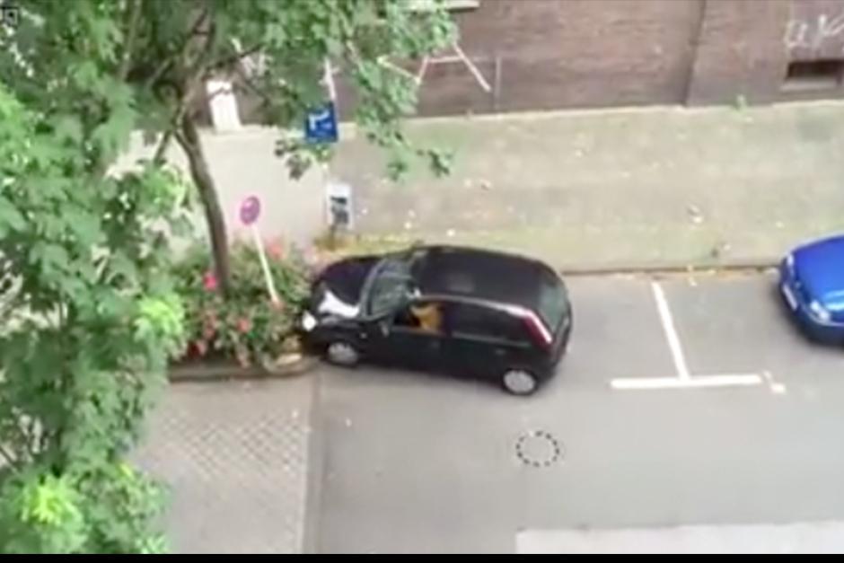 La conductora intentó posicionar el vehículo desde todos los ángulos. (Foto: Captura de video)