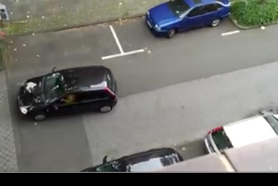 Después de varios intentos, la conductora se dio por vencida. (Foto: Captura de video)