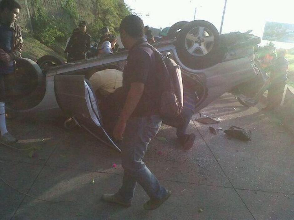 El vehículo cayó y ocasionó tres heridos, reportó la PMT de Guatemala. (Foto: Amílcar Montejo/PMT)