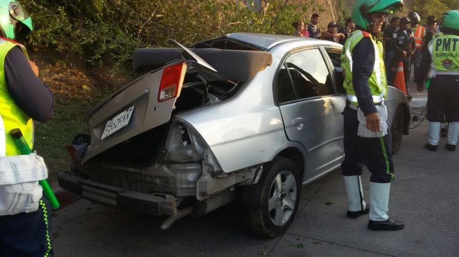 Se reportó que el vehículo quedó sin freno de mano, lo que ocasionó que cayera de un parqueo en un centro comercial. (Foto: Amílcar Montejo/PMT)