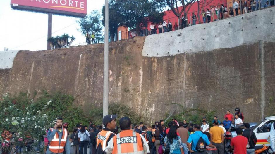 Los curiosos llegaron al lugar donde cayó el automóvil. (Foto: Amílcar Montejo/PMT)