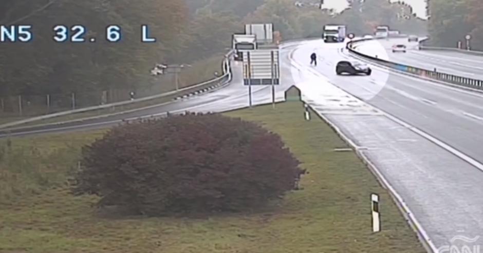 El conductor corre tras su vehículo para intentar detenerlo. (Imagen: captura de pantalla)