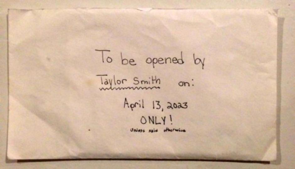 La parte exterior del sobre de la carta se lee que solo puede ser abierta por Taylor en 2023. (Foto: TKM)