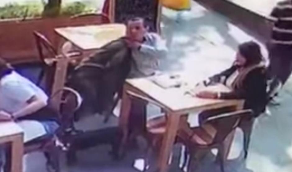 El hombre se hace pasar por comensal y busca a sus víctimas. (Imagen: captura de YouTube)