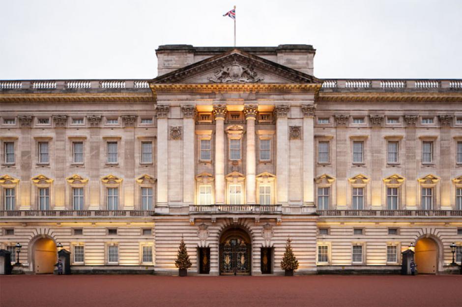 Está ubicado en Londres y cuesta 1.5 mil millones de dólares. Es la casa de la Reina de Inglaterra y tiene 52 habitaciones, 188 habitaciones para personal. (Imagen: IbnLive)