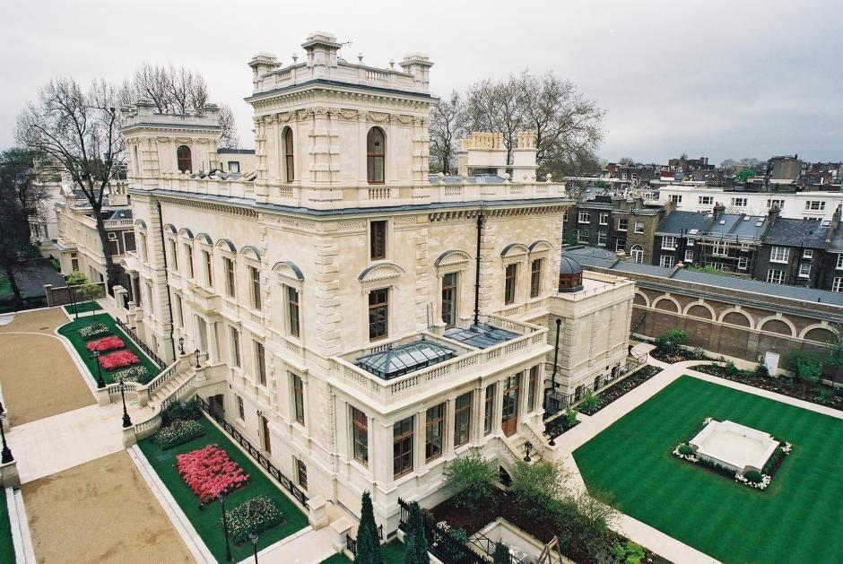Está ubicada en Londres y cuesta 140 millones de dólares. Tiene cancha de tennis, un centro de salud y un museo de autos. Es propiedad de Roman Abramovich, dueño del equipo de fúbol Chelsea. (Imagen: Wikipedia)