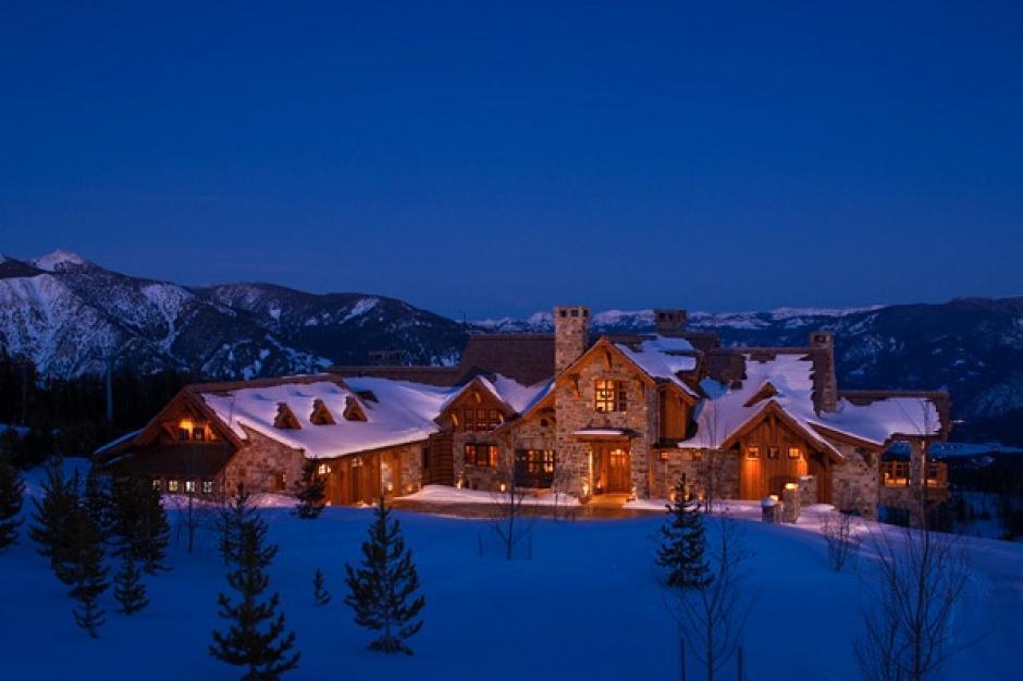 Está ubicada en Montana, Estados Unidos y cuesta 155 millones de dólares. Tiene un club privado de sky y golf, pisos climatizados, piscinas y viñedo. Es propiedad de Tim Blixseth, un agente de bienes raíces. (Imagen:Your Own Store)