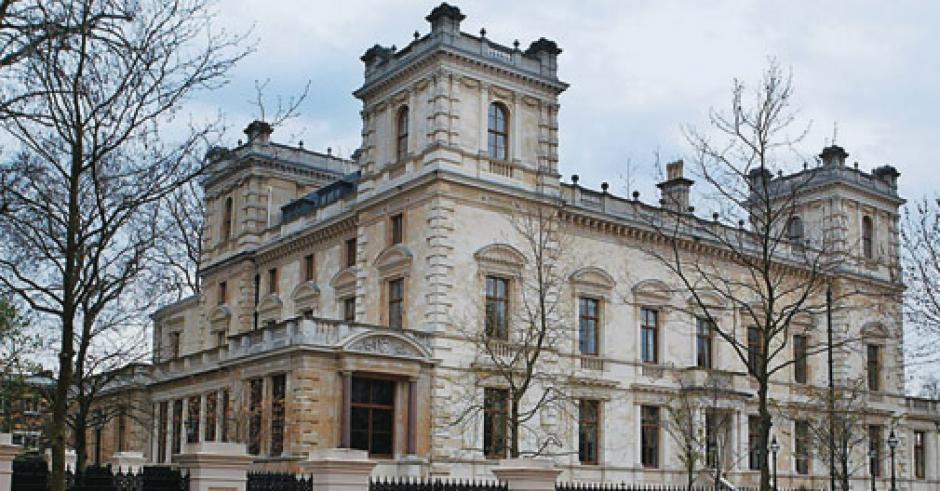 Está ubicada en Londres y cuesta 222 millones de dólares. Tiene 12 habitaciones y parqueo para 20 carros. Es propiedad de Lakshmi Mittal propietario de la empresa más grande de metal del mundo.