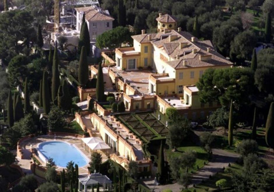 Está ubicada en la Costa de Azure en Francia. Cuesta 750 millones de dólares. Tiene piscina, helipuerto y una casa de visitas más grande que una mansión. Es propiedad de Lily Safra, viuda del banquero libánes William Safra. (Imagen: Cnwimg)